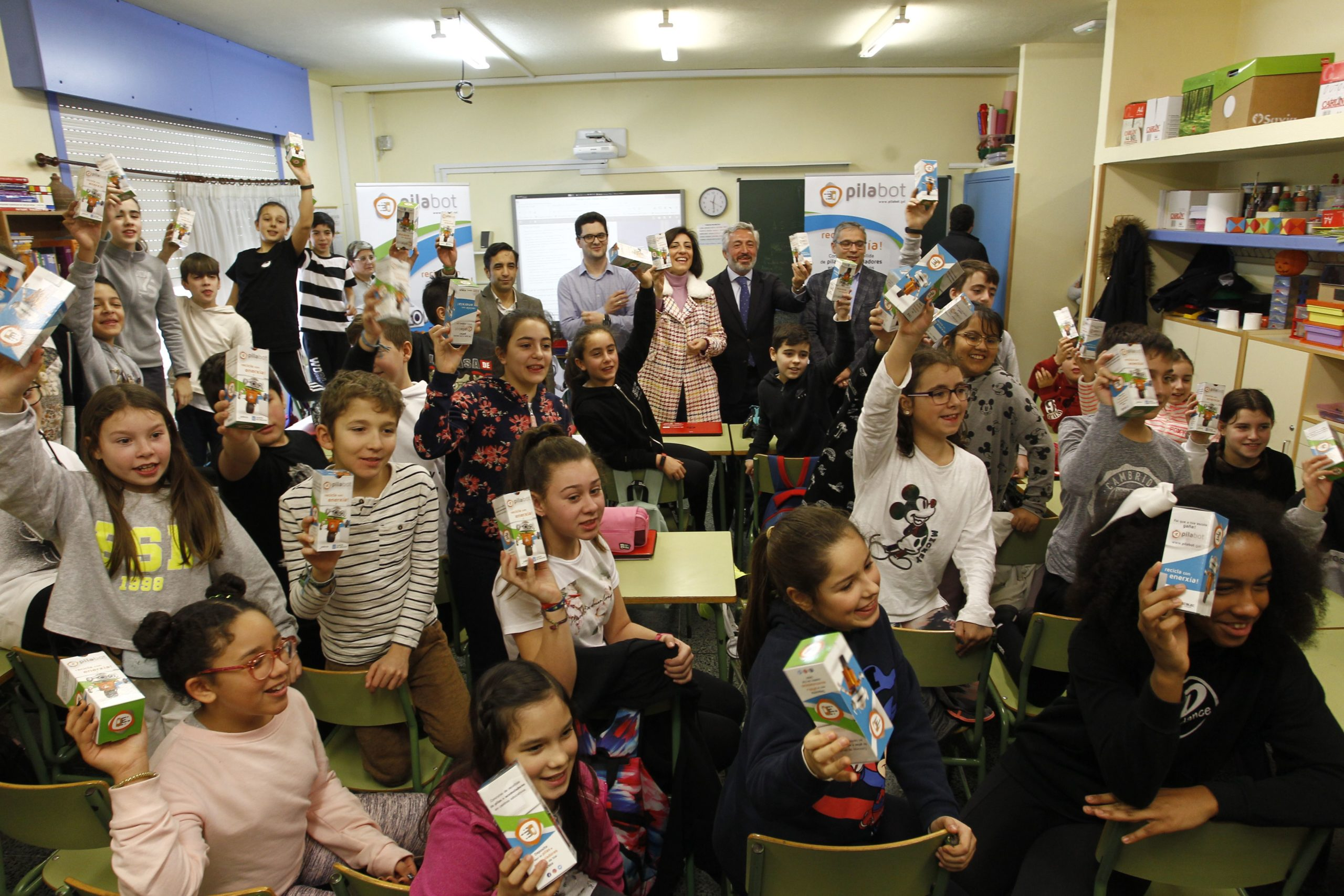 Presentación campaña Pilabot CEIP Ponzos Ángeles Vázquez recollida de pilas escolares Galicia